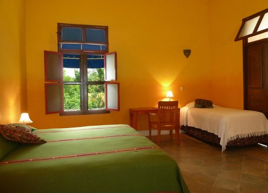 Hotel Medio Mundo: guest room with 1 king and 1 individual beds and air conditioning
