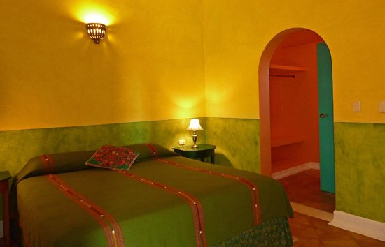 Hotel Medio Mundo: guest room with king bed and air conditioning