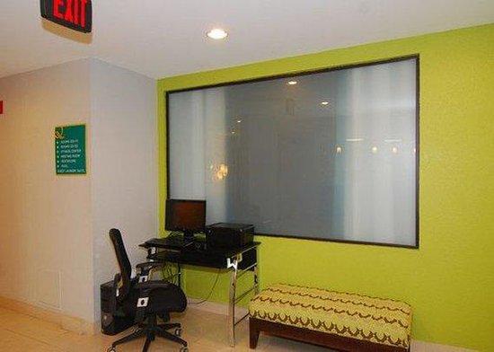 Quality Suites Sulphur: business center