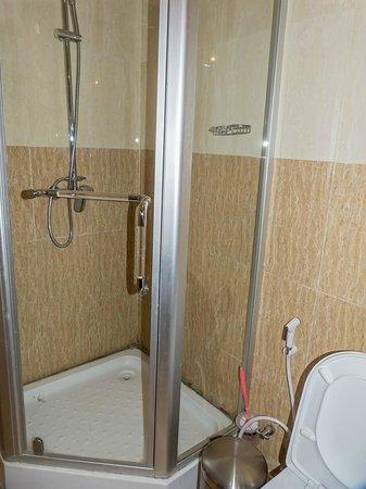 Axum Hotel: Ducha y mampara de cristal