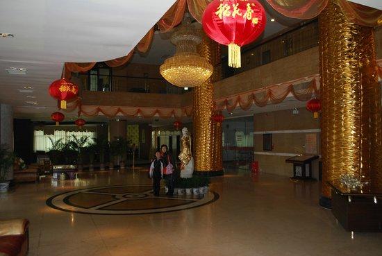 Mro Hotel:                   Lobby shot