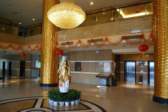 Mro Hotel:                   Another lobby shot