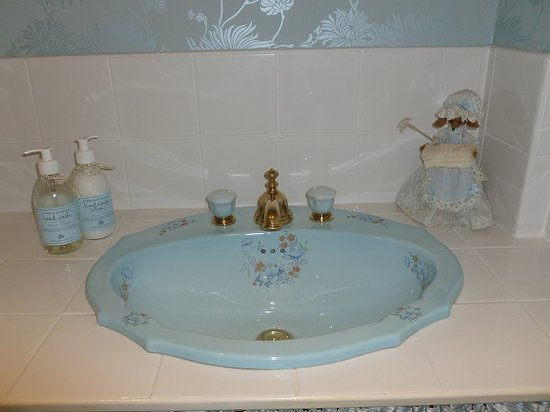 Tan Dinas Country House: basin in little room