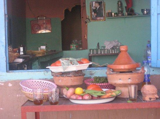 โฮเต็ล เคนซิ คลับ แอกดัล เมดิน่า: un snack sur la route de l'Atlas