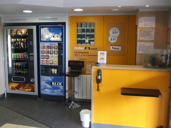 hotelF1 Blois Nord : Réception et distributeurs de boissons chaudes et froides