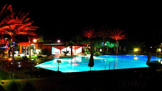 Mercure Grand Jebel Hafeet Al Ain: Pool at night