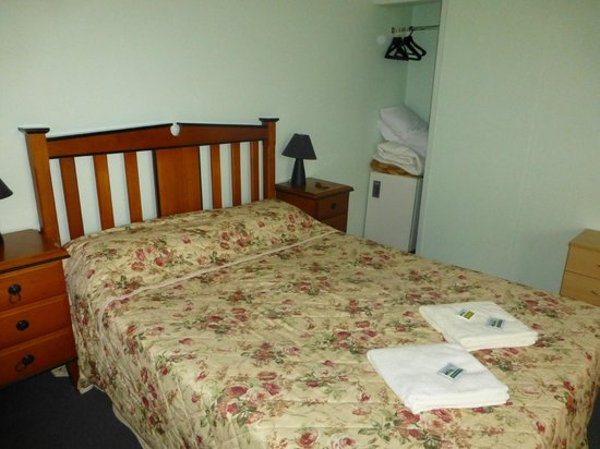 Miranda Lodge: Really comfortable bed...with Fridge in the corner and hanging space