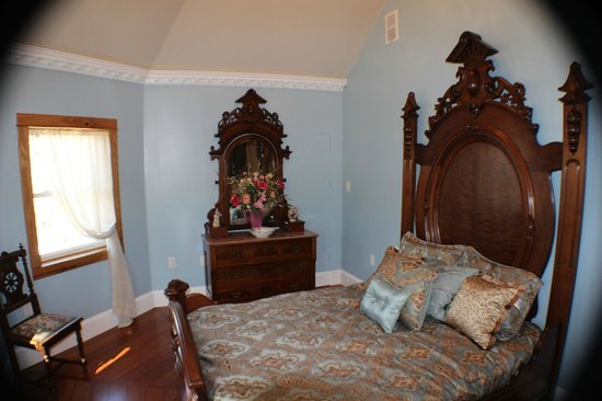Millsap-Baker Estate: Vaulted ceiling and Prudent Mallard bedroom suite (c.1870) in Bay Bedroom.
