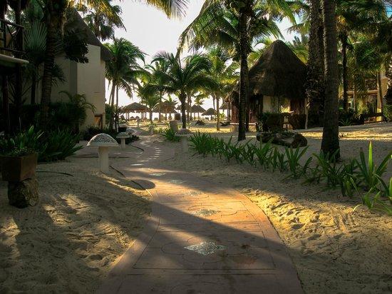 Mahekal Beach Resort:                   De route naar het strand