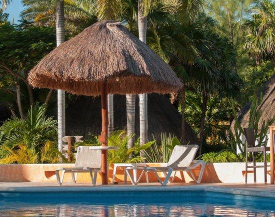 Mahekal Beach Resort:                   Het zwembad bij de bar