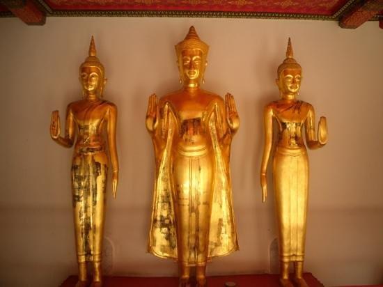 Temple of the Reclining Buddha (Wat Pho):                                     bouddha devant urnes funeraires