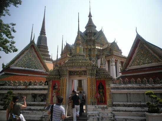 Temple of the Reclining Buddha (Wat Pho):                                     wat
