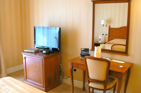 Dioscuri Bay Palace Hotel: Desk & TV