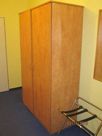 Albatros Airport Hotel:                   Dorm-room closet