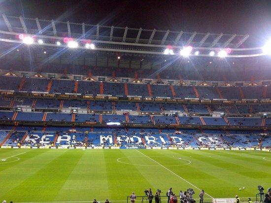 Messi in action surrounded foto di stadio santiago for Estadio bernabeu puerta 0