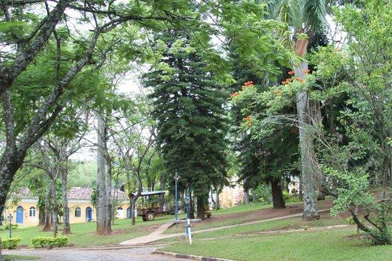 Hotel Fazenda Solar das Andorinhas :                   Visão do Jardim à frente da sede principal