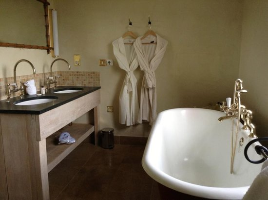 Bannatyne Hotel - Charlton House:                   Bathtub and robes