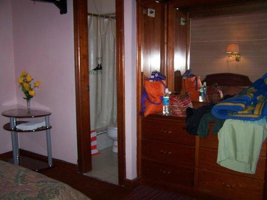 Hostal Pichincha Internacional : corner double room with ensuite bathroom