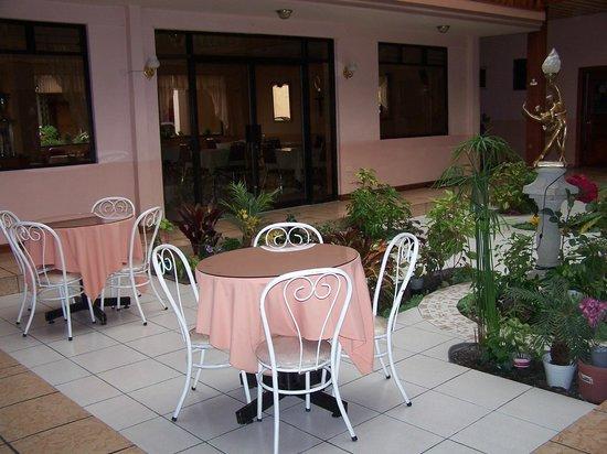 Hostal Pichincha Internacional : inner courtyard as seen from our room