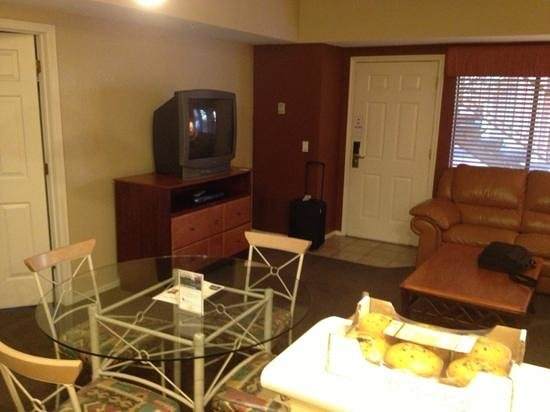 Westgate Painted Mountain Golf Resort: living room with box TV
