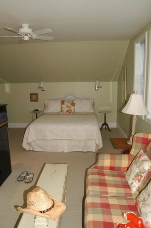Traditions Guest House :                   Queen bed suite overlooking the backyard and pool