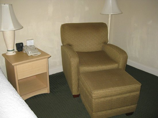 Hampton Inn Ft. Lauderdale Plantation: Reading chair & lamp