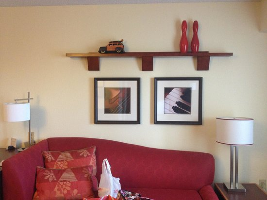 Residence Inn Tampa North/I-75 Fletcher:                                     Decor & couch bed
