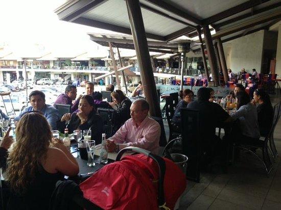 Restaurante Mira Miro:                   Mucha Gente ! Es un buen restaurante Mirá Miró