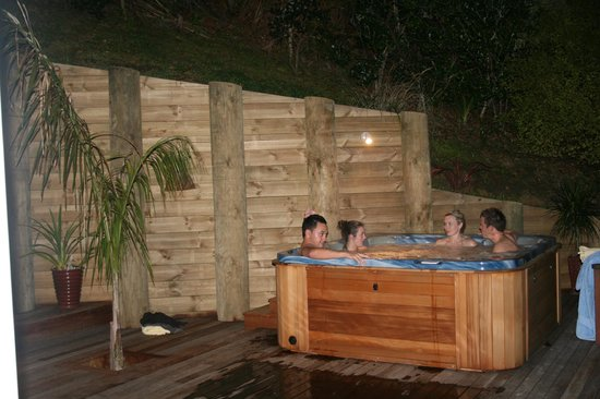 Hahei Horizon Bed & Breakfast: Enjoying the outdoor spa at night