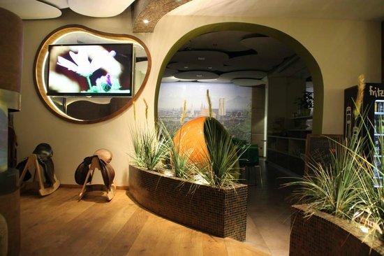 Hotel Cocoon Stachus:                   Lobby, hinten Speiseraum