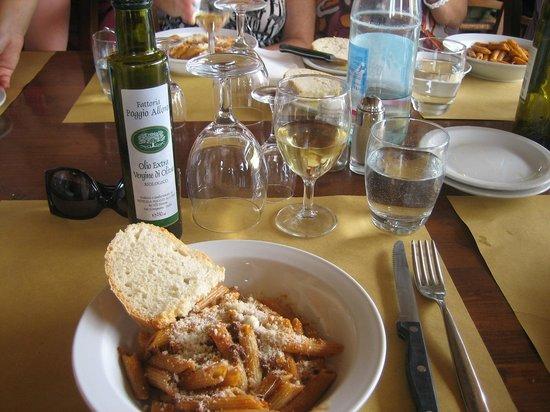 Fattoria Poggio Alloro: Pasta and wine.