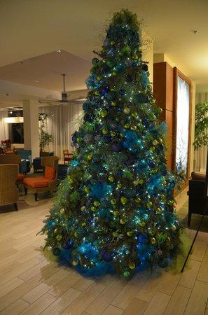 Hyatt Place Waikiki Beach: Weihnachtsbaum in der Lobby