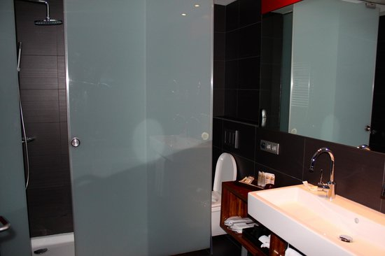 Pullman Barcelona Skipper:                   bathroom in standard room