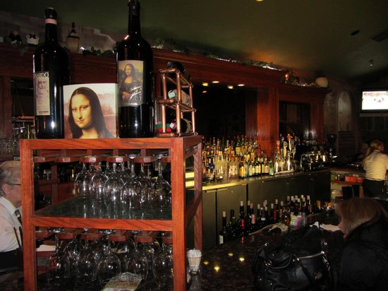 Leonardo's Italian Grille: classical bar area