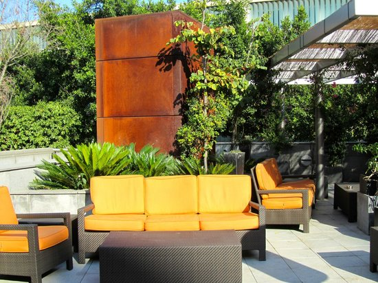 Pullman Barcelona Skipper:                   sitting area in courtyard