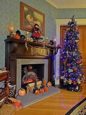 Sleigh Maker Inn Bed & Breakfast:                                                                         Sitting Room (Halloween)