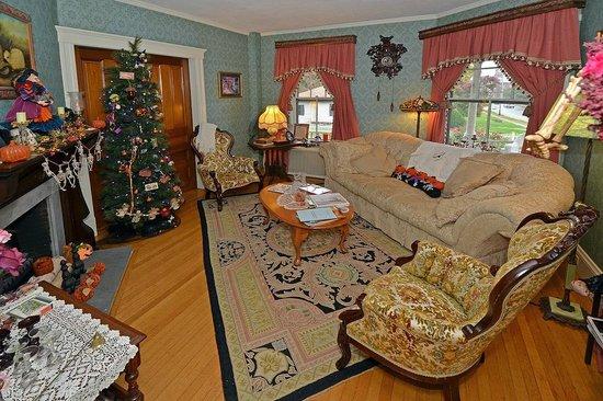 Sleigh Maker Inn Bed & Breakfast:                                                                         Sitting Room