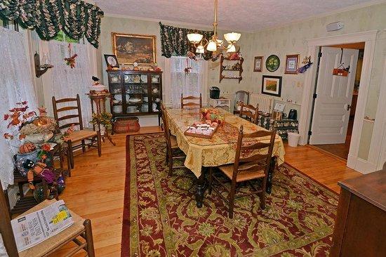 Sleigh Maker Inn Bed & Breakfast:                                                                         Dinning Room