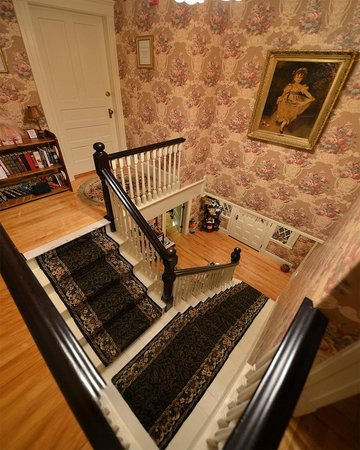 Sleigh Maker Inn Bed & Breakfast:                                                                         Staircase