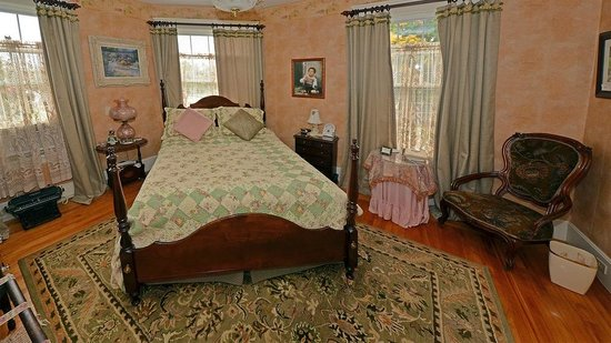 Sleigh Maker Inn Bed & Breakfast :                                                                         Bedroom 2