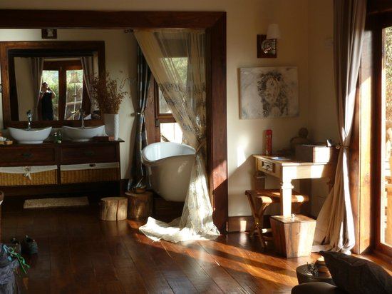 Escarpment Luxury Lodge:                   View of room