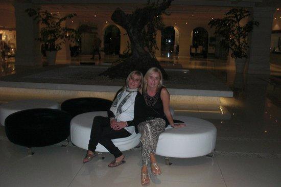 H10 Andalucia Plaza:                   la recepcion del hotel con muna sala enorme y musica en directo por la noche