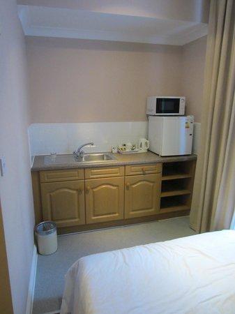 Comfort Inn Kings Cross:                   Het andere deel van de kamer: tweepersoonsbed voor de kinderen en een keukentj