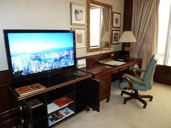 Island Shangri-La Hong Kong: Massive TV