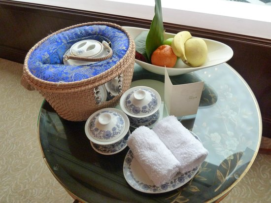 Island Shangri-La Hong Kong: Freshly brewed chinese tea and fruit - all complementary