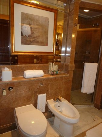 Island Shangri-La Hong Kong: Nice bathroom