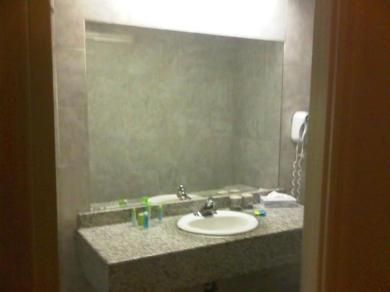 Radisson Martinique on Broadway: Sink... very spartan and unattractive