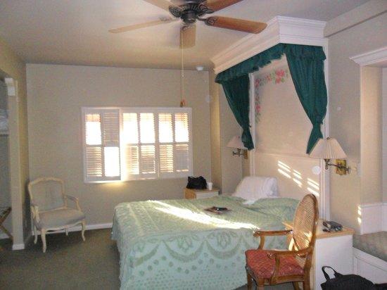 Bella Maggiore Inn:                   bed