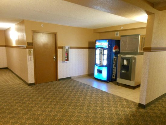 Comfort Inn & Suites : ice and pop machines near elevators