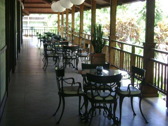Raices Esturion Hotel:                                     Galeria al lado del comedor